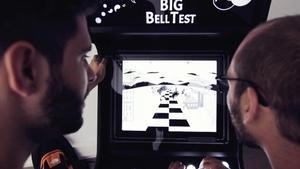 Dos usuarios juegan en noviembre de 2016 con el videojuego Big Bell Test, un experimento participativo que ha puestoen tela de juicio la vision de la realidad de Einstein