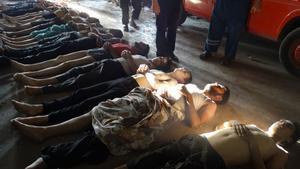 Una fila de cuerpos de supuestas víctimas del ataque con armas químicas.