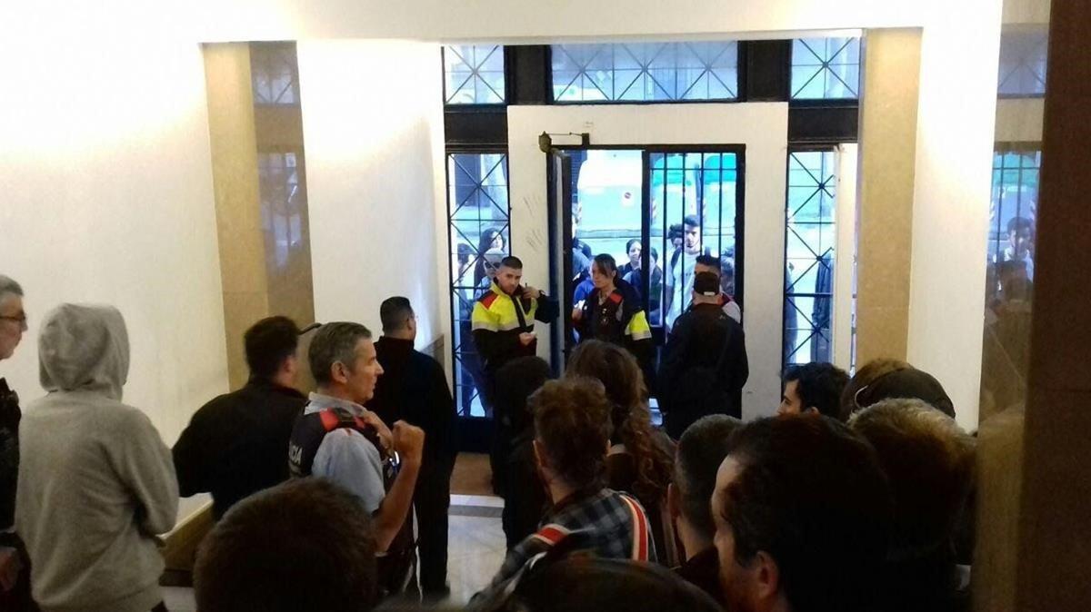 Vecinos concentrados en el vestíbulo del Bloc Llavors, en la calle de LLeida, esta mañana.