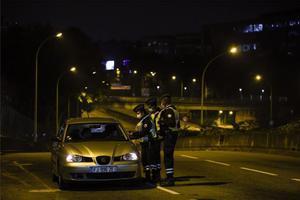 La Policía de Francia vigiladurante el toque de queda por el coronavirus.