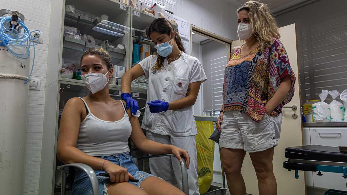 Una chica se vacuna contra el covid-19 en el CAP Ramón Turró de Poblenou.