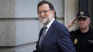 El presidente del Gobierno, Mariano Rajoy, se dirige a una reunión del grupo parlamentario del Partido Popular en el Congreso de los Diputados.