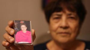 María Montoya muestra una fotografíade suhermana Josefa, quefalleció tras ser atropellada por un patinete eléctrico.