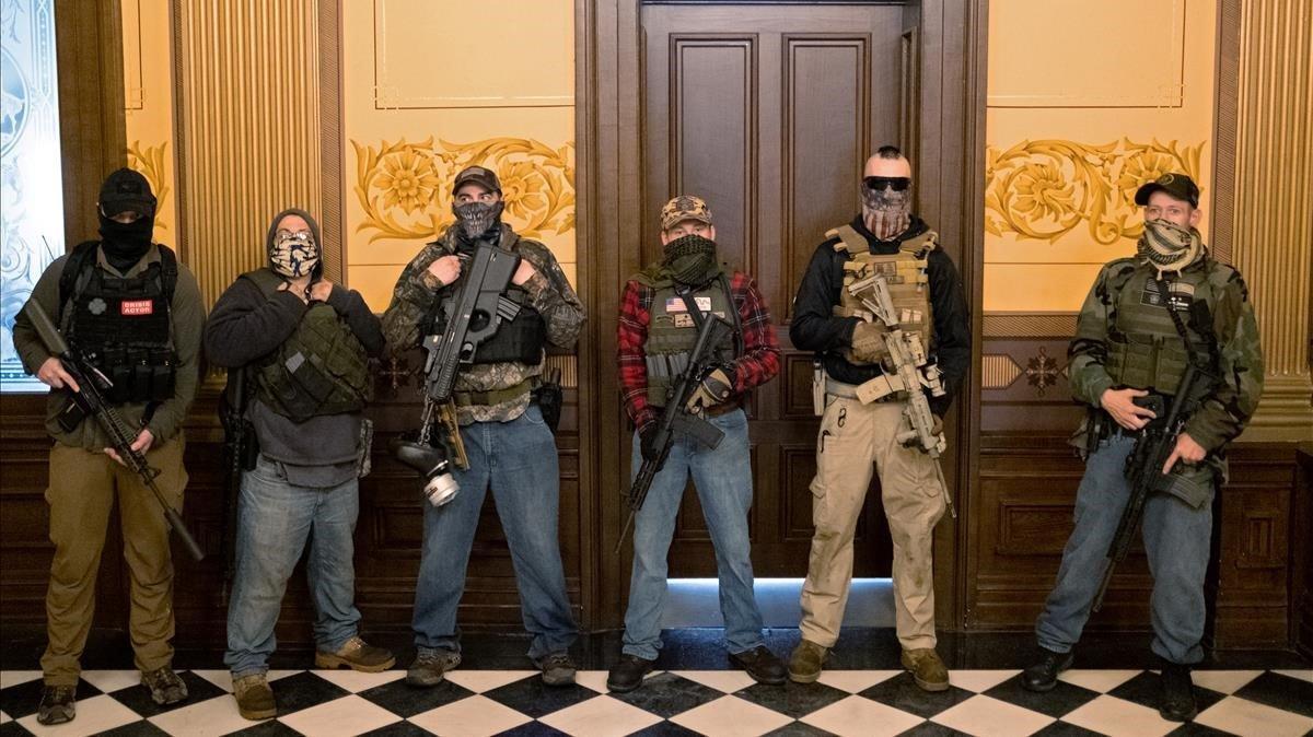 Manifestantes armados ocupan el Capitolio de Michigan.