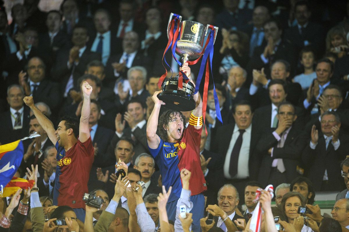 Puyol, acompañado de Xavi, levanta la Copa de Rey en Mestalla tras ganar al Athletic en el 2009.