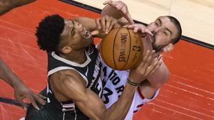 Marc Gasol frena una entrada a canasta de la estrella de los Bucks, Antetokounmpo