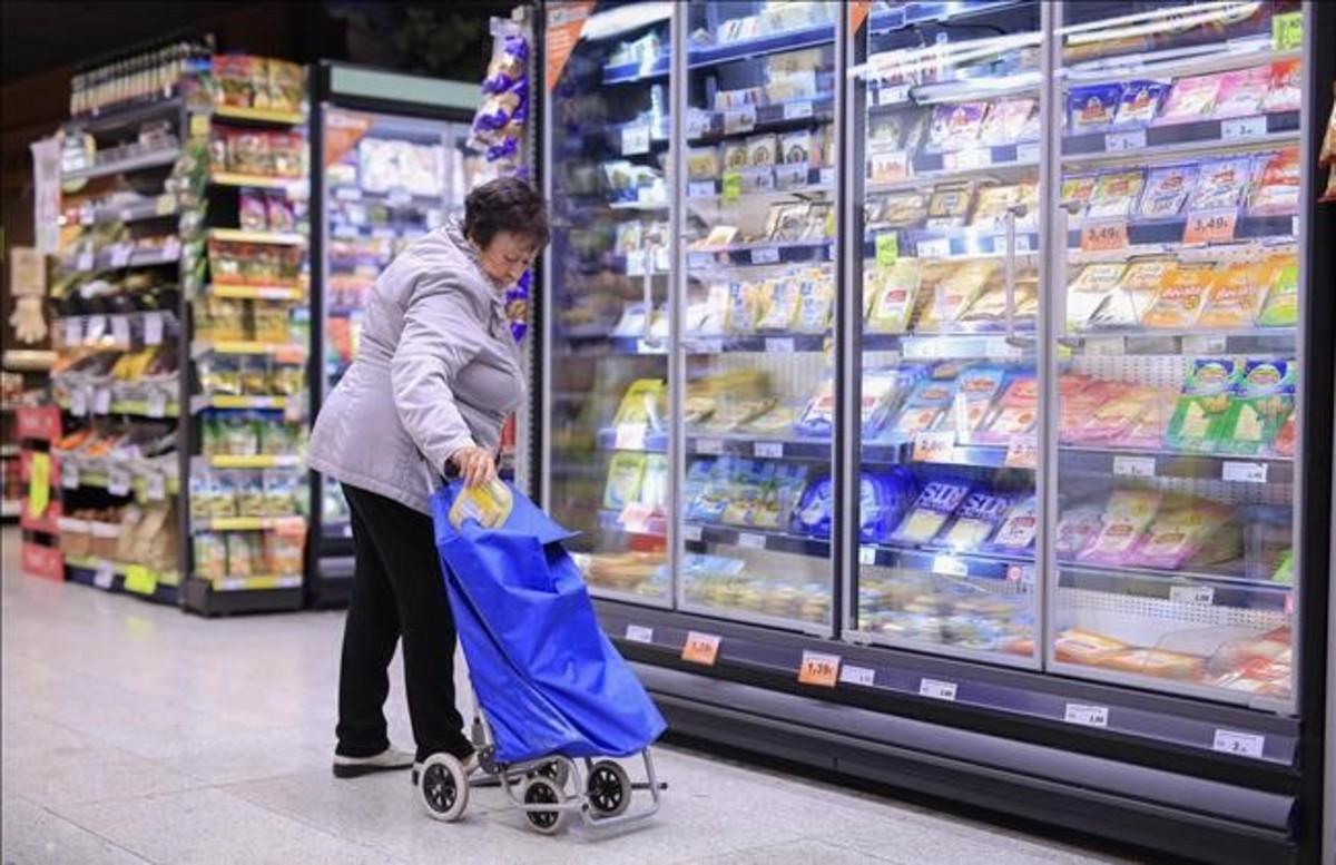 Una mujer haciendo la compra en Barcelona.