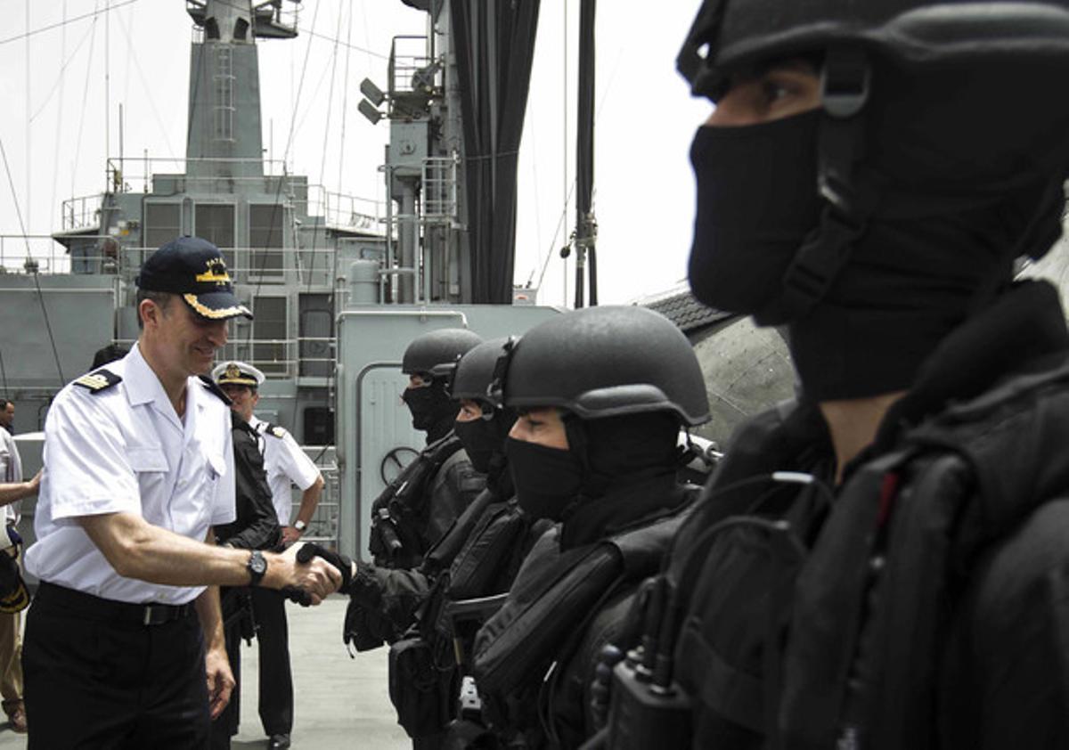 El Príncipe saluda a efectivos de la Unidad de Guerra Naval Especial (UGNE), a bordo del buque 'Patiño', este miércoles, en aguas del Índico.
