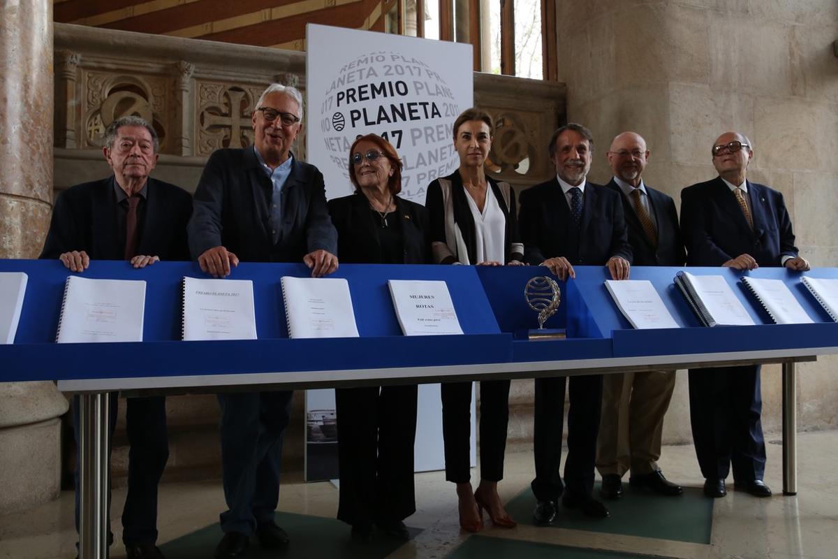El jurado del premo Planeta, con el presidente del grupo editorial, Josep Creuheras.