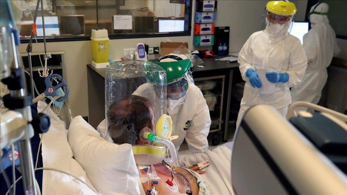 Personal médico trataa un paciente que padece covid y está con una máscara de oxígeno en la uci del hospital belga de Charleroi, el pasado día 5.