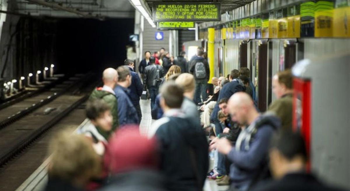 Los paneles informativos del metro ofrecen varias recomendaciones para los desplazamientos durante la huelga.