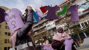 Concentración por el 8-M en el barrio de Lavapiés de mujeres de la Asociación Paideia.