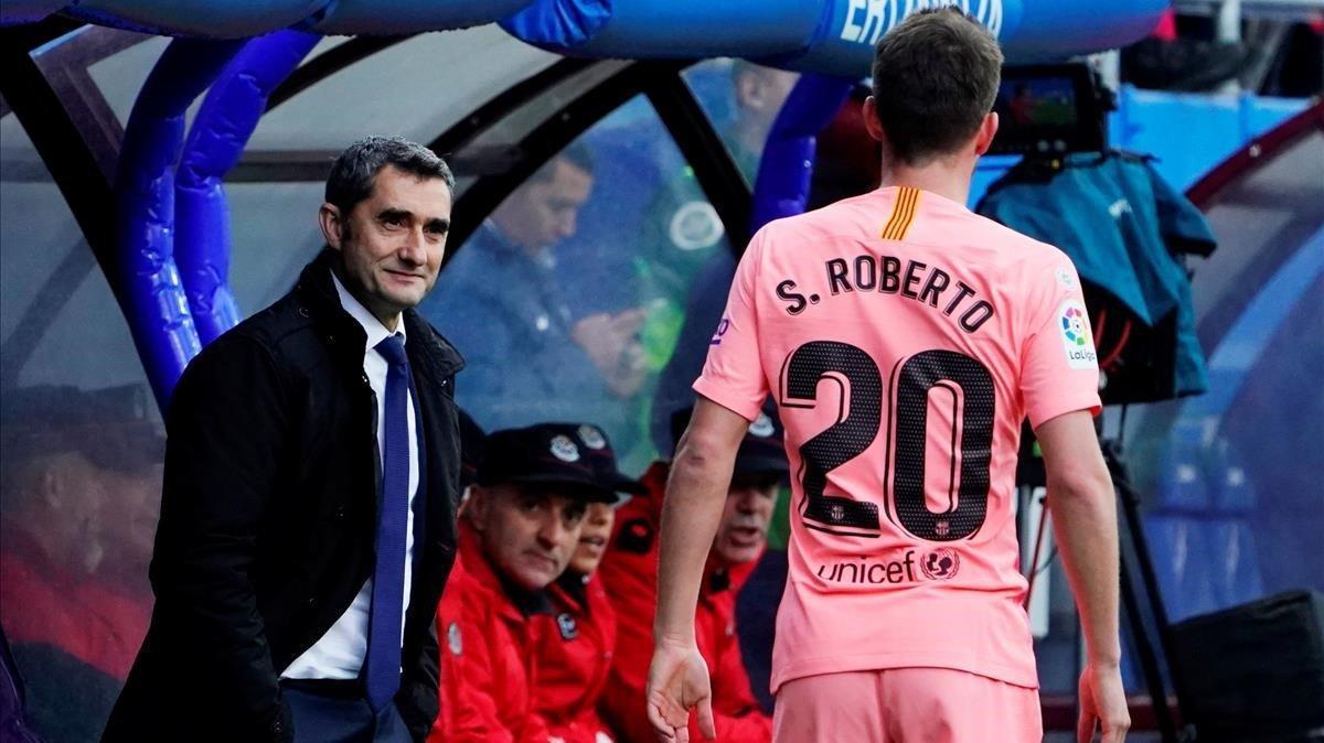 Sergi Roberto pasa por delante de Valverde durante el Eibar-Barça.