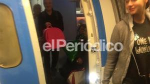 Patricia Aguilar, a su llegada a España tras su rescate. En la imagen, junto a su padre Alberto y la hija que la joven tuvo con el gurú en la selva peruana.