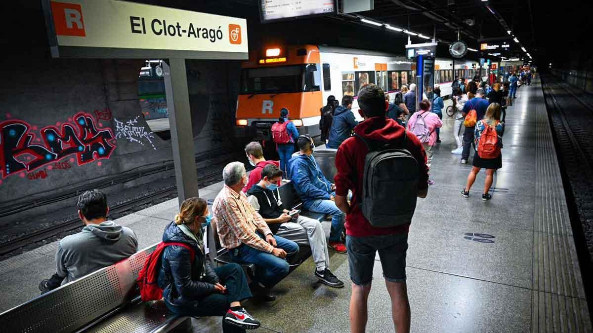 Estación de Rodalies de El Clot-Aragó, donde se ha averiado un tren.