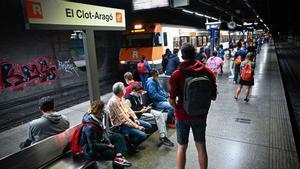 Retards en tres línies de Rodalies per un tren avariat al túnel del Clot