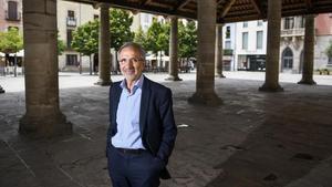 El alcalde de Granollers, Josep Mayoral, bajo el pórtico.
