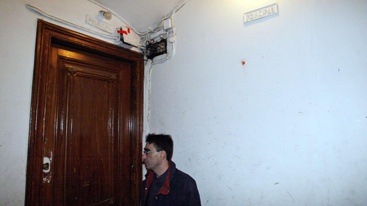 Un propietario, ante la entrada de su piso ocupado en Barcelona.