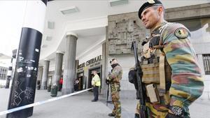 Dos soldados belgas vigilan la entrada ala Estación Central de trenes de Bruselas en el mes de junio del 2016.