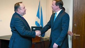 El ministre principal d'Escòcia, Alex Salmond (esquerra) estreny la mà del 'premier' britànic, David Cameron, ahir a Edimburg.