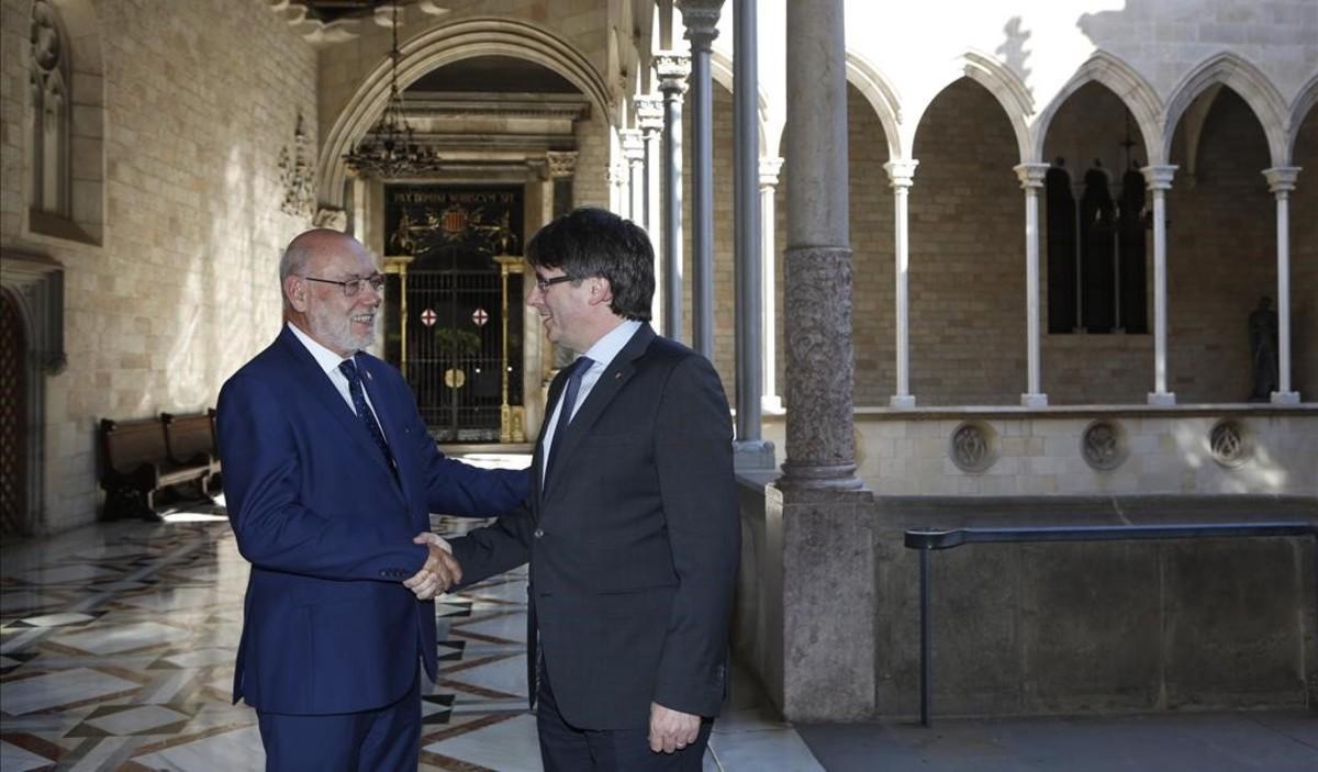 El 'president'Carles Puigdemontsaluda al fiscal general del Estado, José Manuel Maza, en el Palau de la Generalitat.