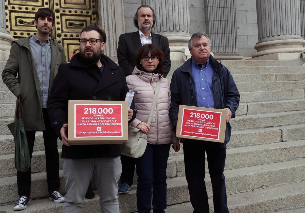 La Asociación para la Recuperación de la Memoria Históricaentrega en el Congreso 218 600 firmas que reclaman la ilegalizacion de la Fundación Nacional Francisco Franco.