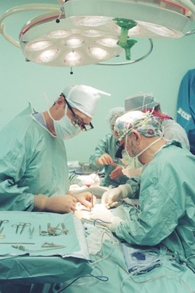 Un equipo de cirujanos, en plena operación.