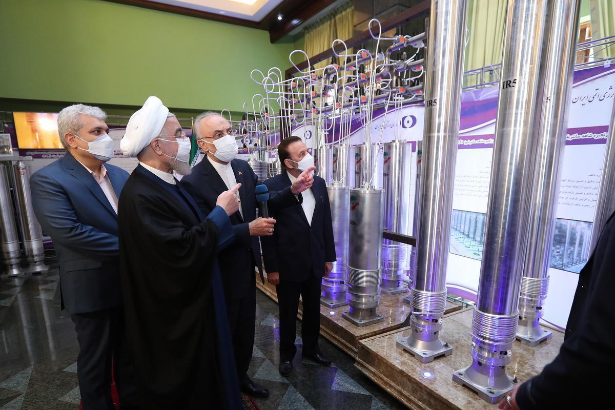 Hassan Rouhani  junto el jefe de la organización nuclear iraní Ali Akbar Salehi  en una exhibición de logros nucleares