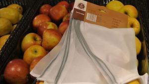 Carrefour i Caprabo substitueixen el plàstic per bosses de malla