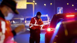 Agentes de la Ertzaintza controlan la salida justificada de conductores del País Vasco durante el confinamiento perimetral de la localidad vizcaína de Muskiz.