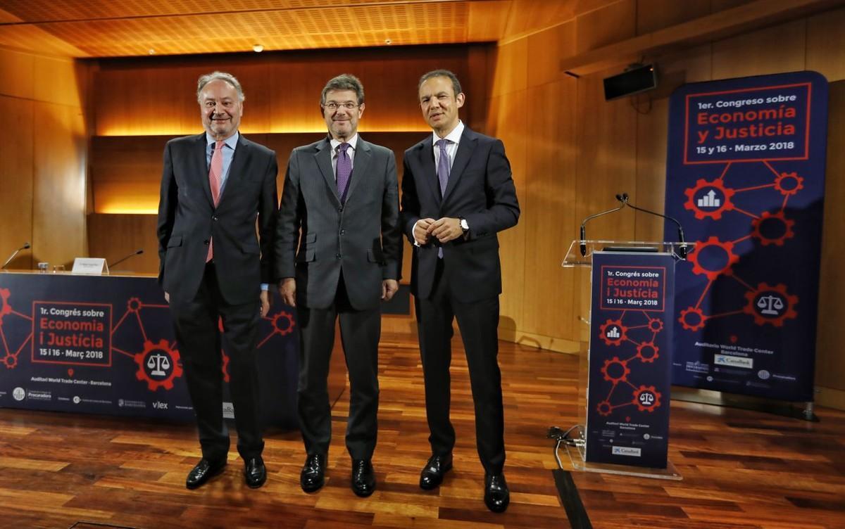 El ministro Rafael Catalá (centro), junto a Juan Carlos Estévez, presidente del Consejo General de Procuradores de España (izquierda), e Ignacio López Chocarro, decano del Colegio de Procuradores de Barcelona.