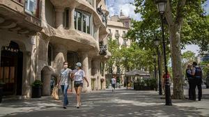 Transeúntes en un paseo de Gràcia casi vacío, a la altura de la Pedrera, el pasado 10 de julio.