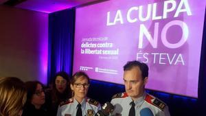 El comisaría Eduard Sallent atiende a los periodistas en un congreso reciente contra la violencia sexual.
