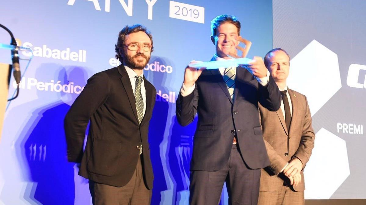 El consejero delegado de eCooltra, Timo Buetefisch (centro), recibe el Premi Digitaliza; de el consejero delegado de Prensa Ibérica, Aitor Moll (izquierda) y del secretario general de Economia, Albert Castellanos (derecha).