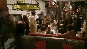 Fiesta ilegal en Cachitos, en La Rambla de Barcelona, ayer.