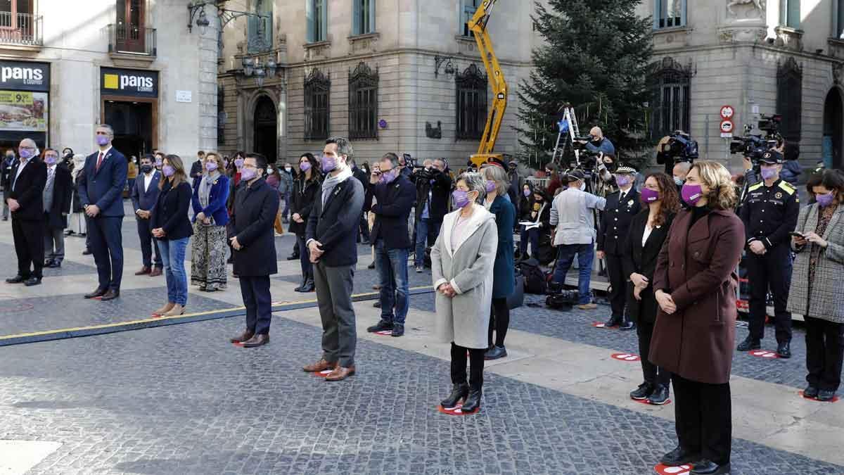 Acto institucional contra la violencia machista en la plaza de Sant Jaume de Barcelona.