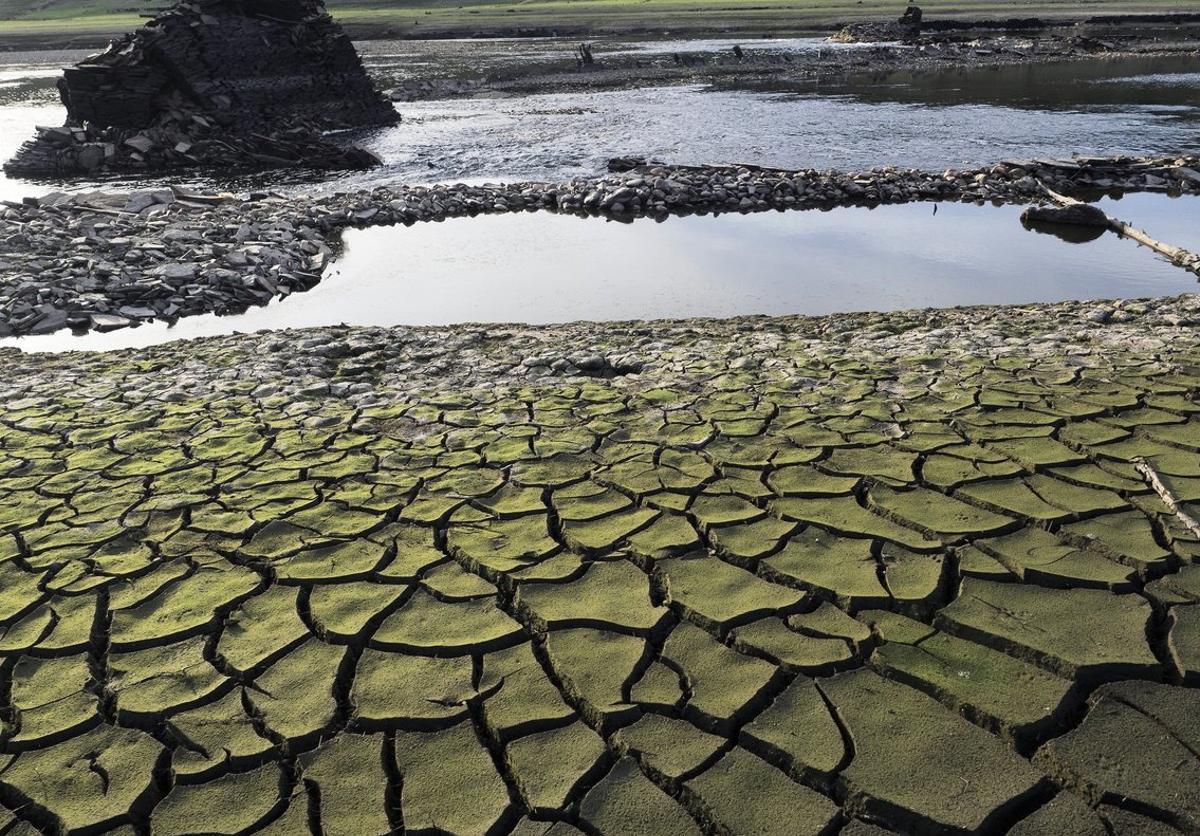 GR5019. PORTOMARÍN (LUGO), 29/09/2017.- El año hidrológico concluye esta semana con un déficit del 13 por ciento de precipitaciones, situación que agrava la sequía en toda España, en especial en el noroeste peninsular donde las lluvias siguen muy por debajo de la media. En la imagen, tierra seca y cuarteada en el embalse de Belesar, a los pies del río Miño, cerca de Portomarín. EFE/ Eliseo Trigo