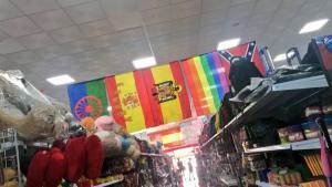 La fotografía del local de Toledo en la que se ve la mezcla de banderas.