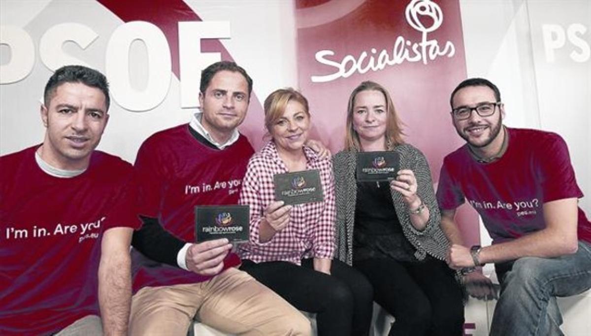 Precampaña 8La cabeza de lista del PSOE en las europeas, Elena Valenciano (con camisa roja y blanca), posa con activistas de su campaña.