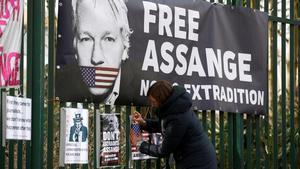 Pancarta en apoyo a Julian Assange, en Londres