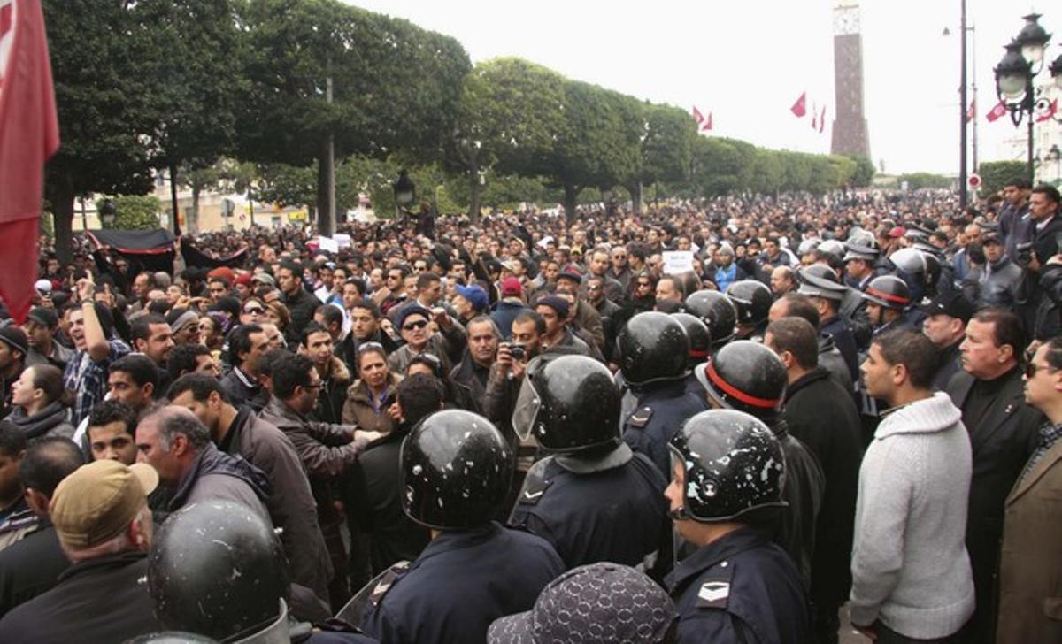 El presidente de Túnez abandona el país ante las protestas masivas