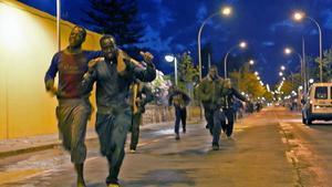 Un grupo de migrantes consigue saltar la valla que separa Melilla de Marruecos y se adentra a la carrera en la ciudad autónoma.