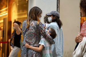 Una madre pasea por Madrid junto a su hijo