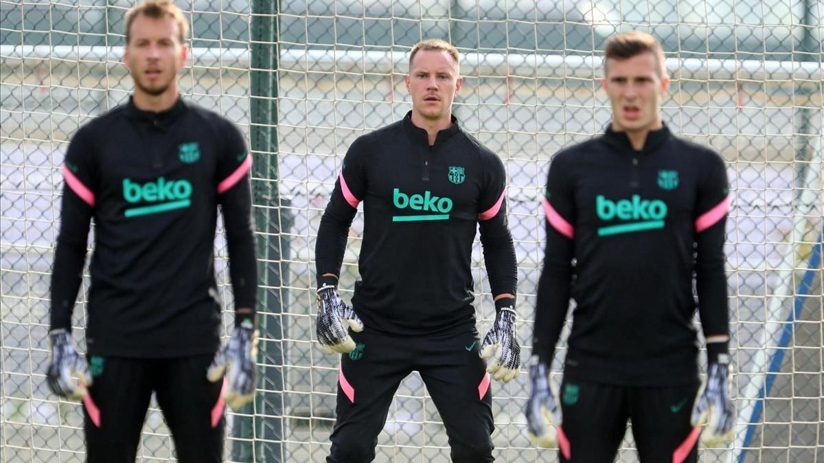 Neto, Ter Stegen e Iñaki Peña, en el entrenamiento previo del Barça al duelo con el Dinamo de Kiev.
