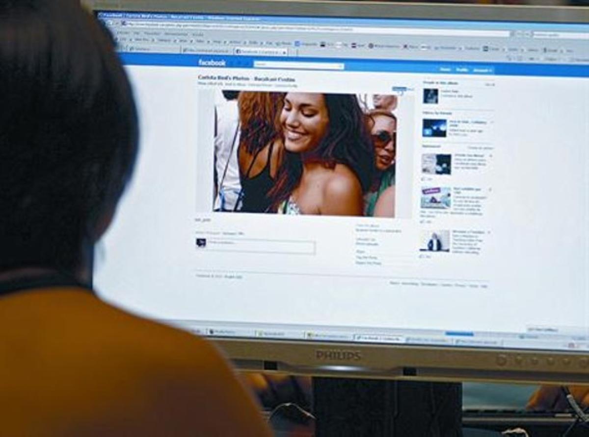 Una trabajadora consulta un perfil de Facebook en su oficina, en Barcelona.
