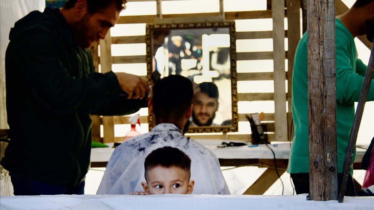 Uno de los barberos del campo de refugiados de Moria.
