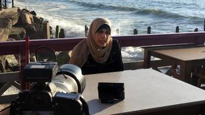 Iman al Najar,una de las mujeres que no había obtenido el permiso para salir de la Franja, entrevistada en la playa de Gaza enjunio de 2019.