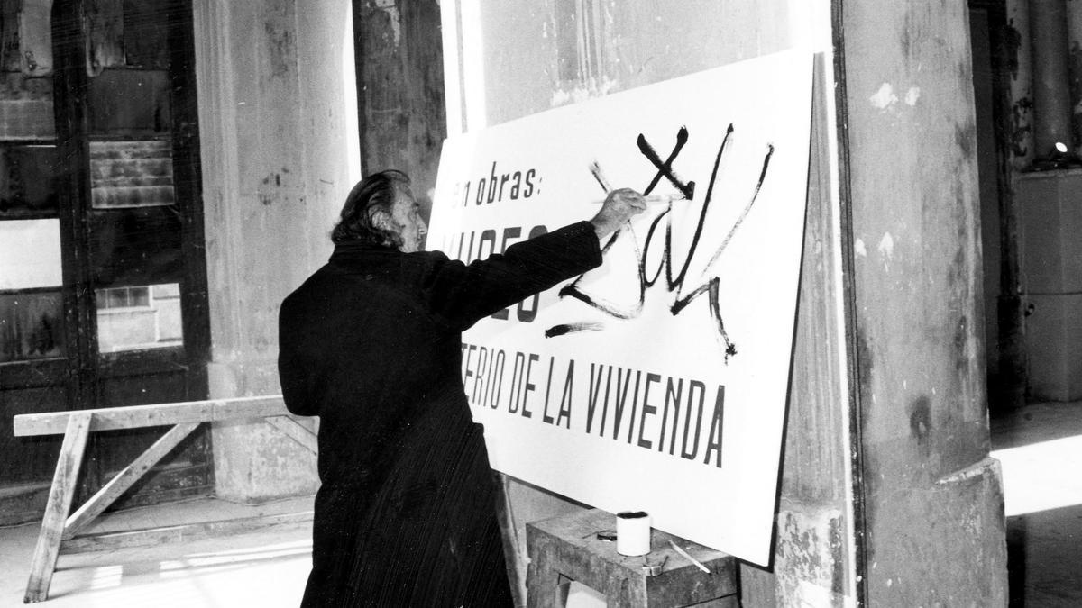 Salvador Dalí pintando el cartel que anuncia las obras del Teatre-Museu, 1970.