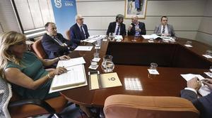 El presidente de la LFP, Javier Tebas (con los brazos cruzados), y el presidente de la AFE, Luis Rubiales (segundo por la derecha), durante el acto de Conciliación y Arbitraje en el Servicio Interconfederal de Arbitraje y Mediación (SIMA), celebradoestemartesen Madrid.