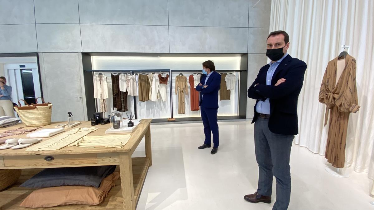 Toni Ruiz, director general de Mango (derecha), y el responsable de márketing, Guillermo Corominas, en un 'show room' de la marca.